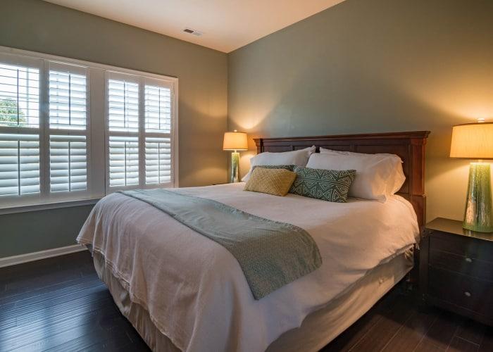 dormitorio totalmente elegante con estores