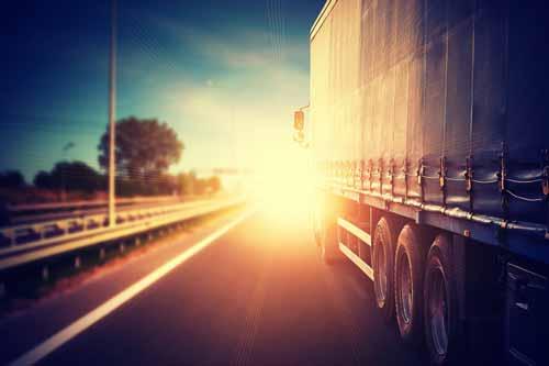 camion de transporte repartiendo al atardecer